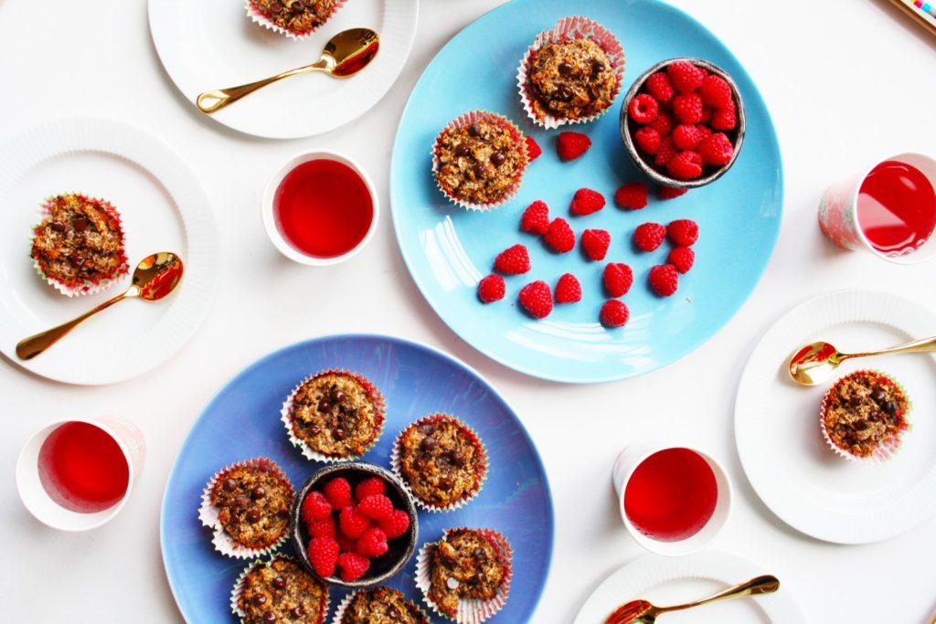 """Prøv en muffin uden sukker og mel som stadig smager godt. De kan spises som en sund dessert, en snack i løbet af dagen eller i madpakken. Sammen med den mørke chokolade er dadlerne og bananerne med til at søde dejen, så de smager som en """"rigtig"""" muffin. Giv det et skud og prøv dem!"""